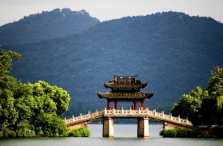 Hangzhou Optional Boat Ride Tour on the Serene West Lake